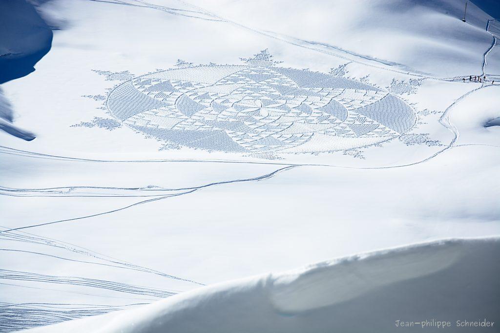 Un crop circle dessiné dans la neige près de l'Aiguille Rouge